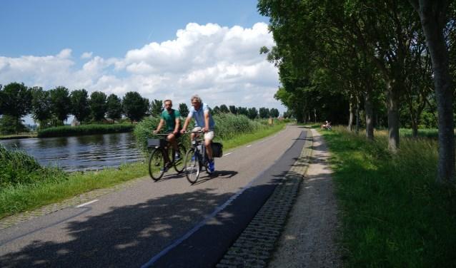 Het is heerlijk om te fietsen langs de Amstel.