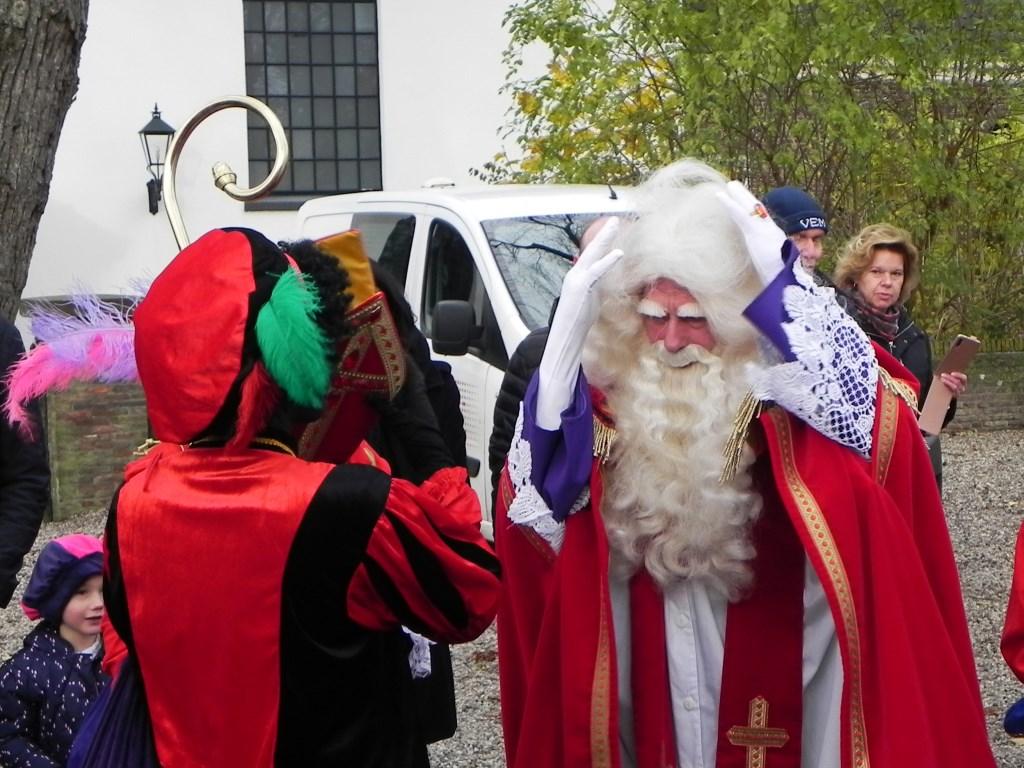 Bij het uitstappen uit de Sintmobiel verloor Sinterklaas zijn mijter. Richard Thoolen © BDU media