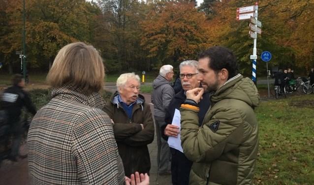 Karin Oyevaar (gemeenteraad), Stef Le Large de Vilvent (omwonende) en Teun Monster (werkgroep) in gesprek met gedeputeerde Arne Schaddelee (rechts).