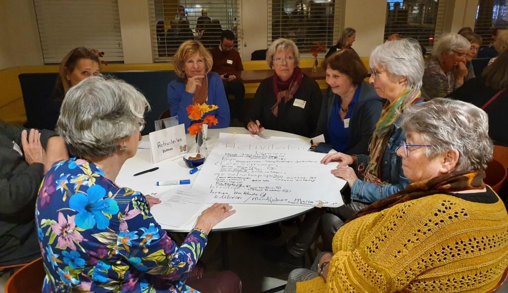 Deelnemers bespreken met elkaar een activiteit. Irene van Valen © BDU media