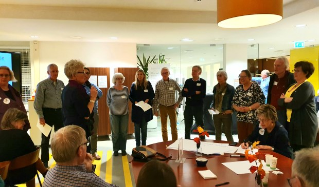 Verschillende inwoners van Houten Noord-West delen hun initiatieven met de aanwezigen.