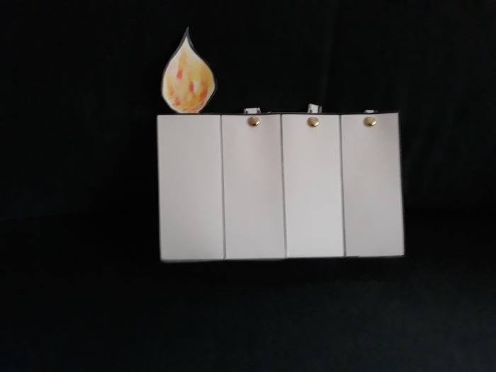 eerste kaarsje ivm eerste zondag van de advent. (er zijn 4 zondagen. voor iedere zondag kan er een vlammetje omhoog. Gemaakt bij de Kinderkerk