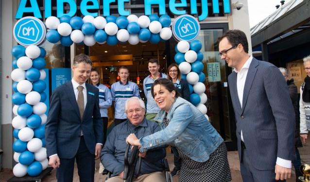 Oud-wethouder Wilke Dekker en wethouder Willemien Vreugdenhil openen de nieuwe supermarkt.