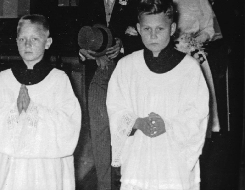 Petertje Kerklingh (links) en Bennie Stoelinga als misdienaars van negen jaar. Fam. Kerklingh © BDU media