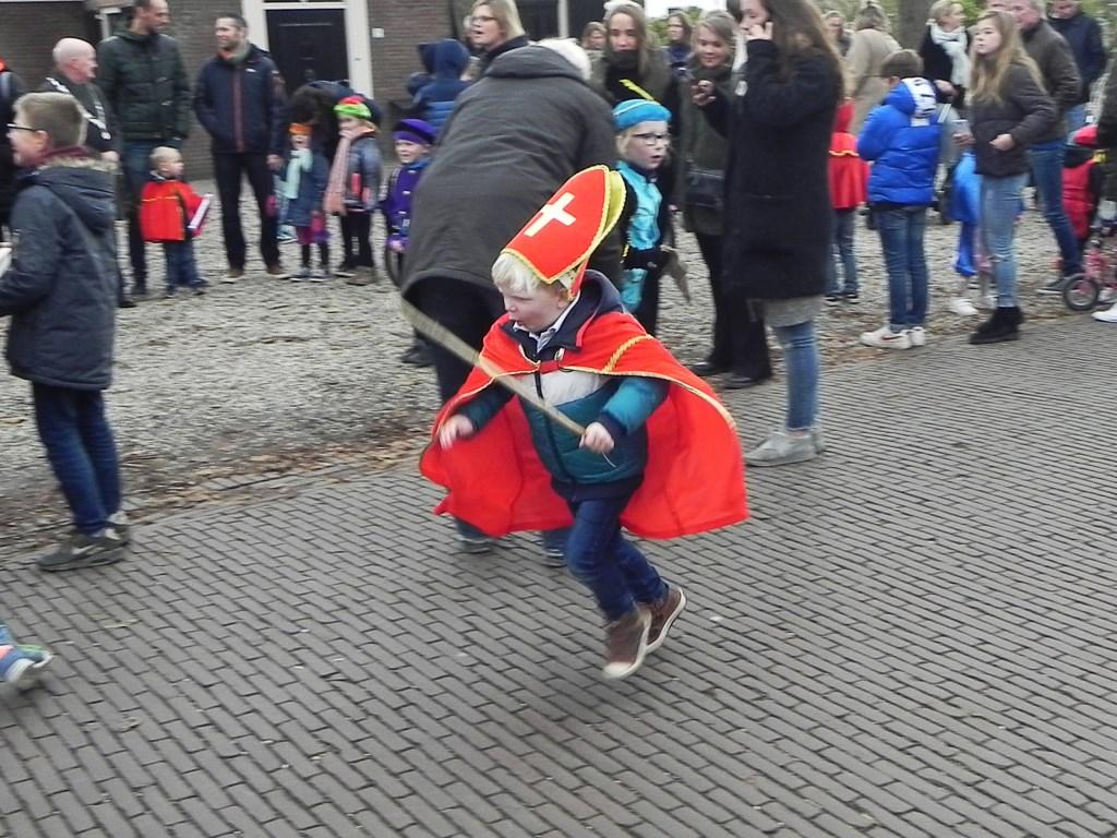 Deze kleine Sinterklaas kwam aanrennen om de grote Sinterklaas te ontmoeten. Richard Thoolen © BDU media