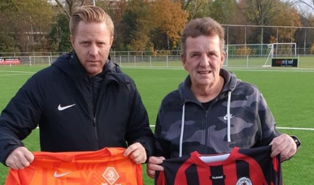 Ron Wien overhandigde KNVB-vertegenwoordiger Yvo Cobussen een traditioneel Edesche Boys-shirt.