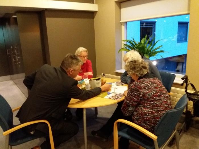 Bezoeker van het Open Huis bij Hof van Sliedrecht in gesprek met bestuurder Geert Tieman