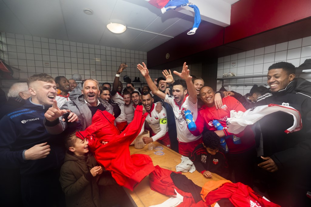 Unitas viert feest na het winnen van de eerste periode.