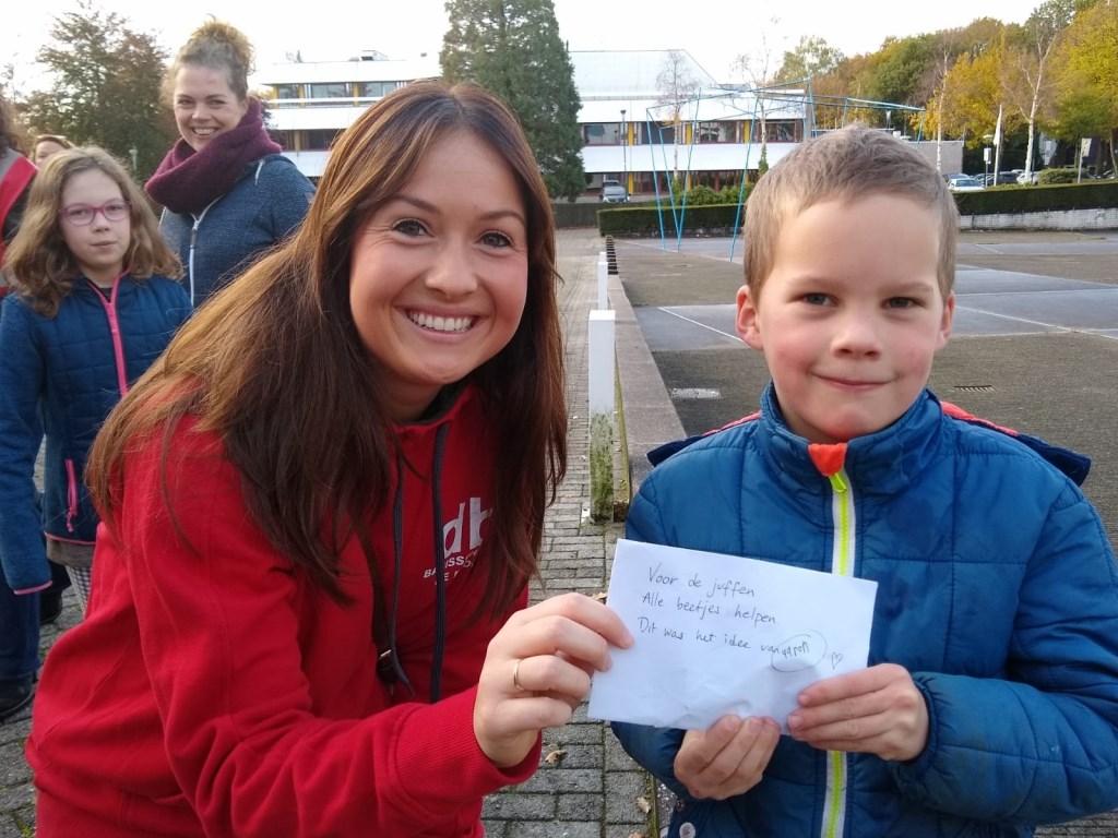 Aaron Bijpost uit groep 3 heeft een 'salarisverhoging' meegebracht voor juf Simone van De Bron. Johan van Beek © BDU media