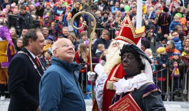 Sint en Piet kijken vol bewondering naar het Huis van Leusden achter zich. Arnoud J Spaaij © BDU media