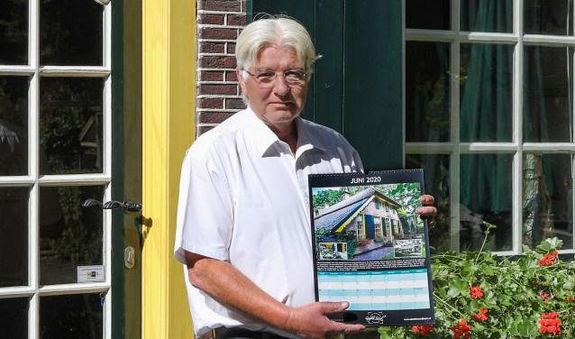 Arjen Gerritsma met zijn nieuwe jaarkalender voor Hoeve Schardepot.