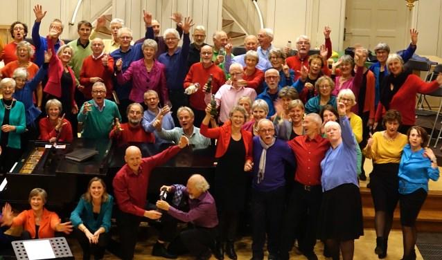 Het koor Scherzando met de vaste zangers en grote groep projectzangers voor het jubileumconcert.