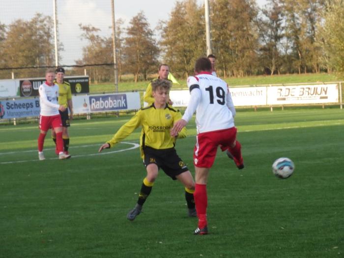 Danny van den Bot (19) speelt de bal breed tegen Perkouw T © BDU media