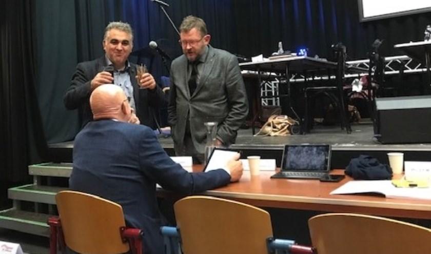 Wethouder Dick van Zanten tijdens de schorsing in gesprek met de raadsleden Hans van Mourik en Ali Kocak