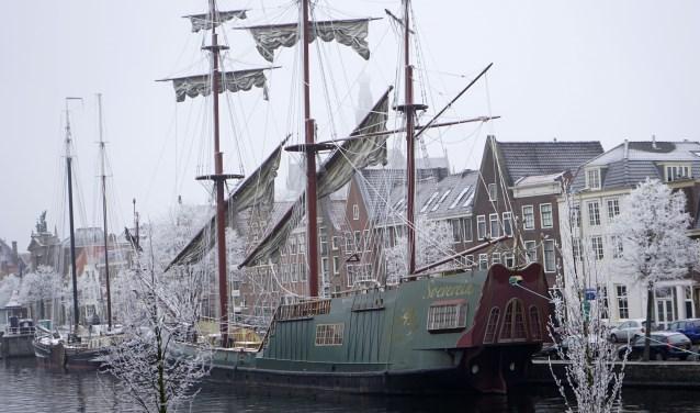 Het foeilelijke schip Soeverein, partyschip voor vergaderingen en partijen, wordt nog mooi in de sneeuw.
