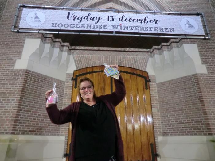 Joyce, staat te glunderen voor de verlichte Sint Martinuskerk in Hoogland