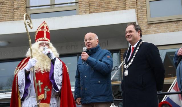 Sinterklaas, meneer Wildenboer en burgemeester Bouwmeester. Arnoud J Spaaij © BDU media