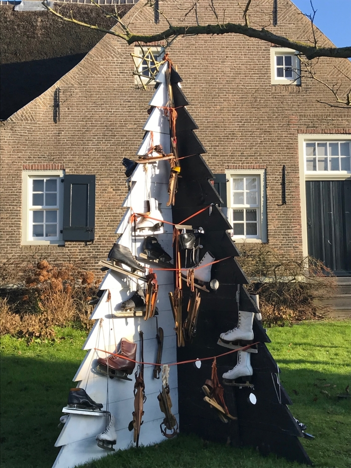 Kerstboom met schaatsen in de tuin. museum De Koperen Knop © BDU media