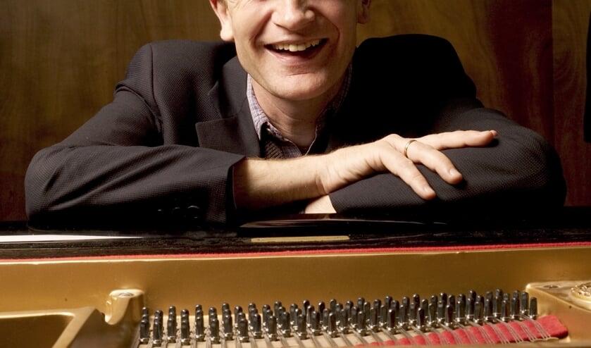 Pianist Bert van den Brink speelt op zaterdag 21 december kersthits op verzoek in de Edesche Concertzaal.