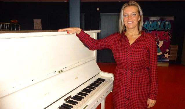 Trots laat Marieke het Omnia College zien. De piano middenin de aula, de vrolijk gekleurde kluisjes: allemaal zaken die de leerlingen thuis moeten laten voelen op de Gorcumse middelbare school.