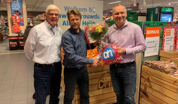 Lammert Hol, sponsorcommissie HDS, midden Klaas-Jan Koelewijn, eigenaar AlbertHeijn Leersum en rechts Marco Matthijs voorzitter HDS.