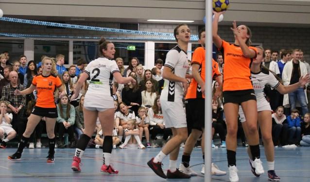 Unitas-topscoorster Sarah van der Meer breekt door; Romy en Ezra Bijsterbosch en Dorinda Kleijer kijken toe.