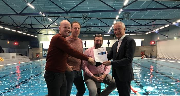 Tim van de Kolk, Boris Meijer en directeur Ronald ter Hoeven van Zwembad de Peppel ontvangen van directeur Peter Goedhart van Eyeview Systems het wereldwijd eerste  ISO-certificaat voor het drenkelingendetectiesysteem.