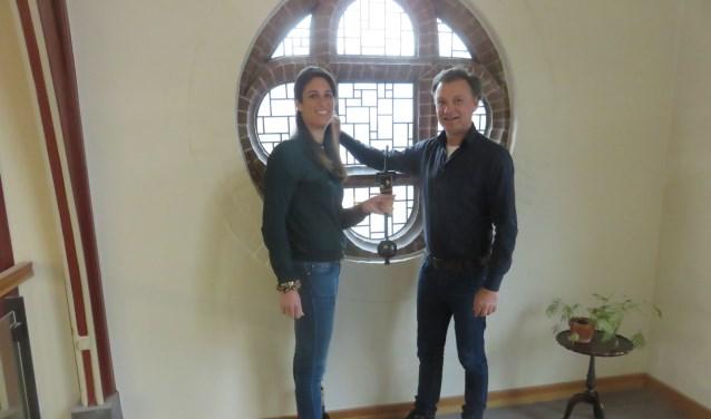 Charline en Frederik tonen de klepel die een opmerkelijke functie zal krijgen
