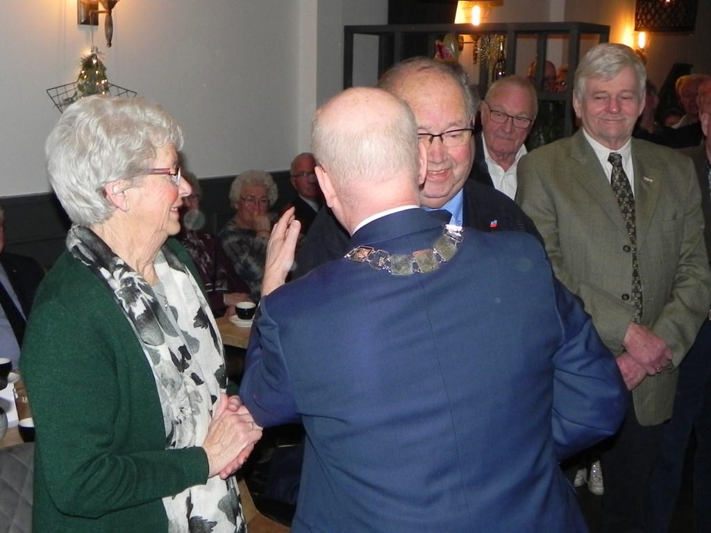 De Wit krijgt door burgemeester van Bennekom het eremetaal opgespeld. Richard Thoolen © BDU media