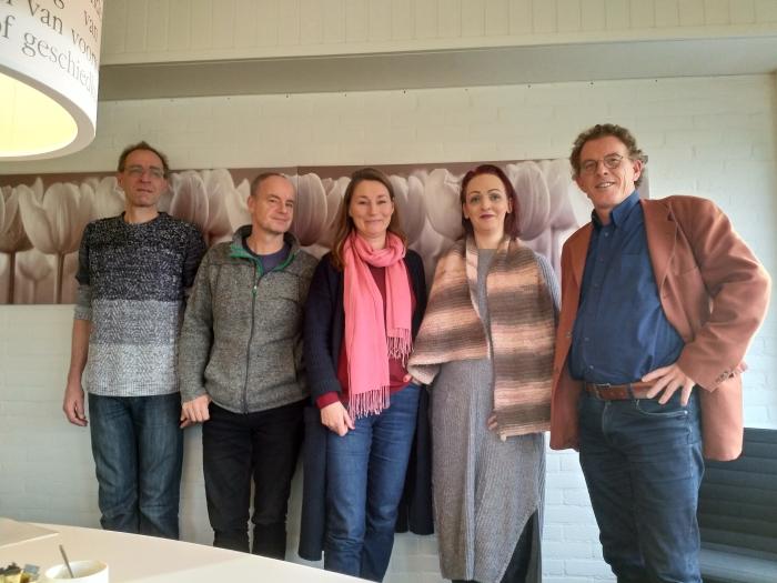 Het nieuwe bestuur van Stichting Blijdragen bij ondertekening van de akte bij deNotarissen in Vianen. Op de foto staan van links naar rechts