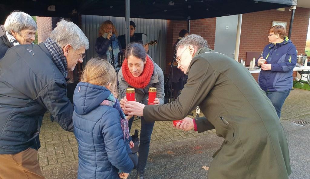Kaarsje werden uitgedeeld aan alle aanwezigen en zo nodig opnieuw aangestoken door de burgemeester Irene van Valen © BDU media