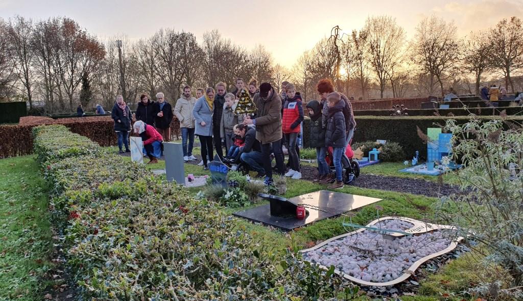 Mensen hielden zich vast aan elkaar of waren dicht bij elkaar, samen in herinnering Irene van Valen © BDU media