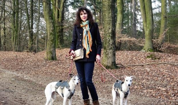 De Arnhemse schrijfster Felicita Vos schreef de roman 'Ravage'  een spannende, hartverscheurende roman over de vraag: hoe goed ken je je naasten? De Doorwerthse bossen, daar waar Vos ook met haar eigen honden vaak komt, spelen een belangrijke rol in haar boek.