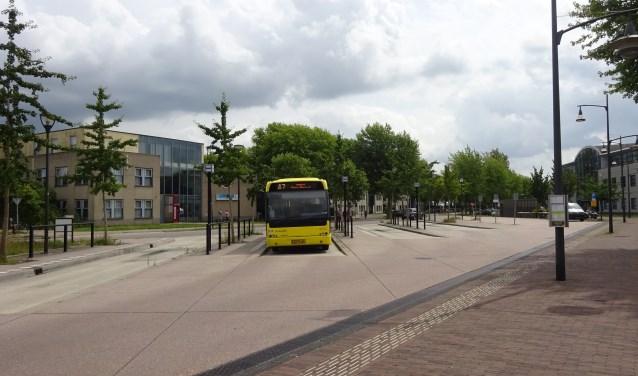 Door het fietspad achter het busstation langs te laten lopen, kruisen de routes van auto's en fietsers elkaar minder
