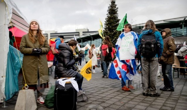 Greenpeace houdt  protestival  op Schiphol.