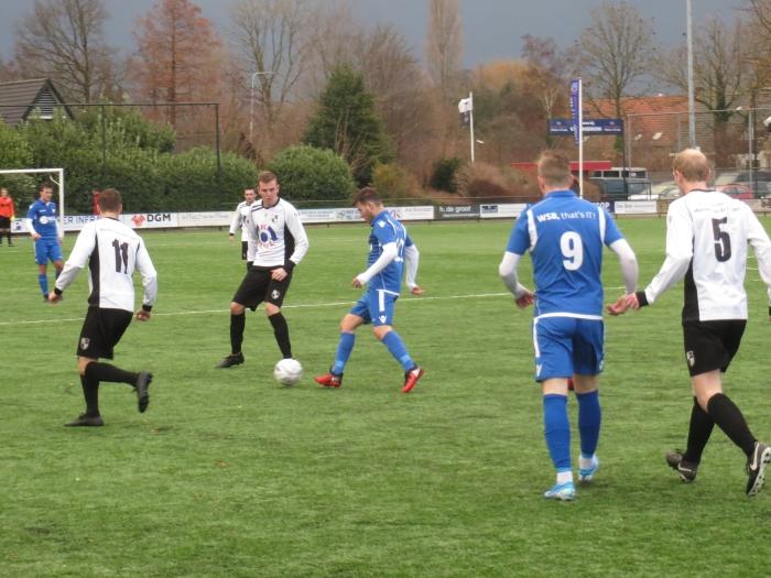 Adi Jogic in de aanval, onder toeziend oog van Aron Eijkelboom (9)