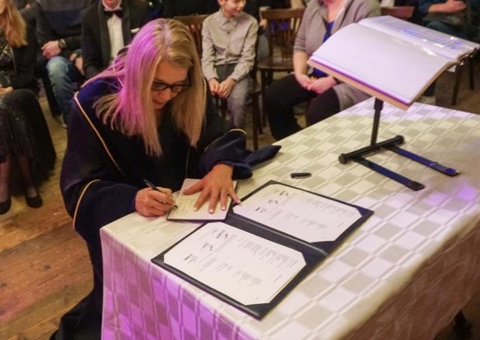 BABS Jacqueline Blok tekent het trouwboekje Nienke den Daas © BDU