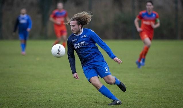 Voetballer Jay Kroon van United Davo in actie tijdens de wedstrijd tegen Olympia Haarlem.