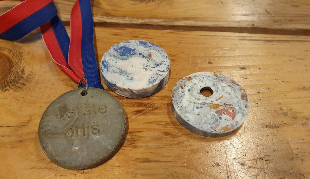 Drie medailles van gerecycled plastic gemaakt door de Recycle Fabriek. Irene van Valen © BDU media