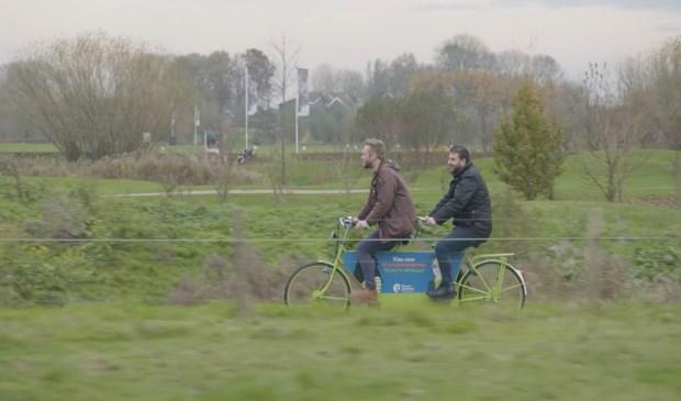 Tim op de TandemTaxi met EHBO-instructeur Turan van het Rode Kruis, onderweg naar Tafeltennisvereniging Amstelveen.