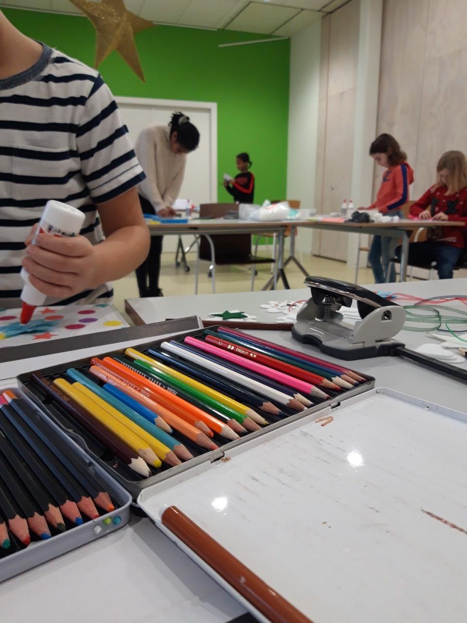 Geconcentreerd werken aan de eigen gemaakte kunstwerken. Dine van Erck  © BDU media