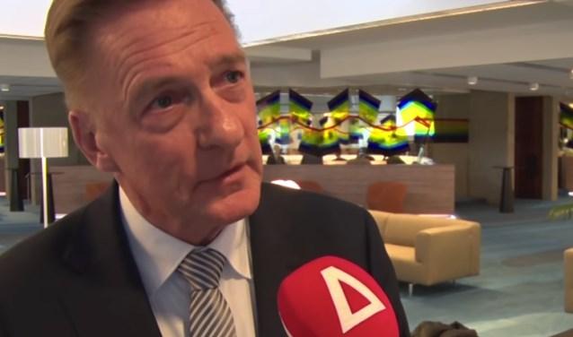Wethouder Rob Ellermeijer (Media) voor de microfoon van RTV Amstelveen.