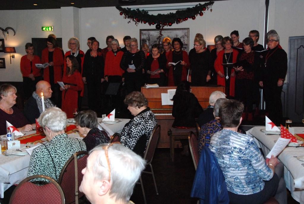 Het Vrouwenkoor V'Allure zong kerstliederen bij de SWO kerstviering. Adriaan Hosang © BDU media