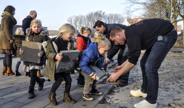 Kleuters van de Fraanjeschool nemen het straatwerk ter hand.