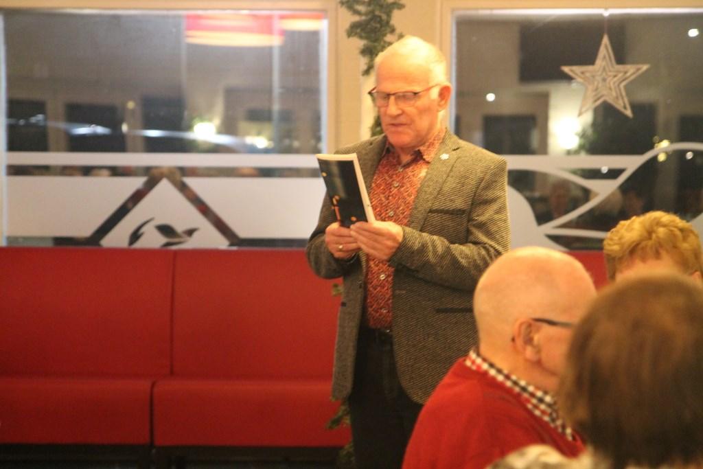 Jan Kromhout leest een gedicht voor als opening van de avond Hannie van de Veen © BDU media
