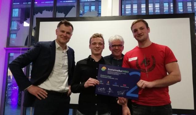 Trotse Wellant-ers Joost Brouwers (hoofd bedrijfsvoering, links), studenten Timo en Tristan en docent Koen Bos met de SustainaBul MBO.