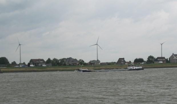 De windmolens langs de A15 zijn ook zichtbaar vanaf de Merwede