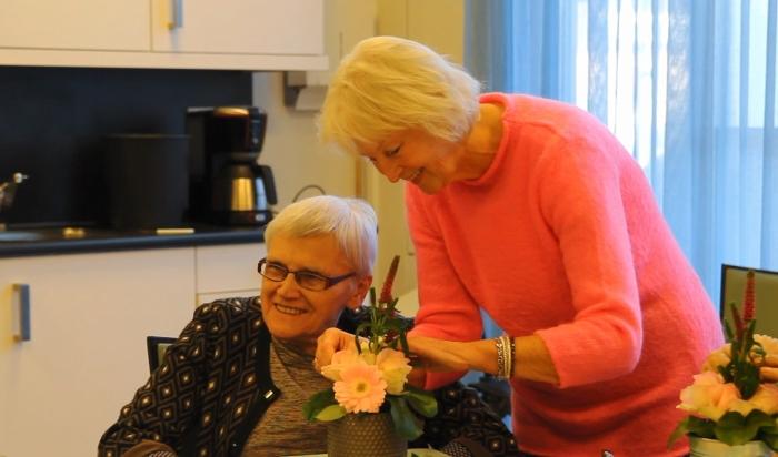 Ankie en een cliënte tijdens het bloemschikken in Ontmoetingscentrum Wijk bij Duurstede.