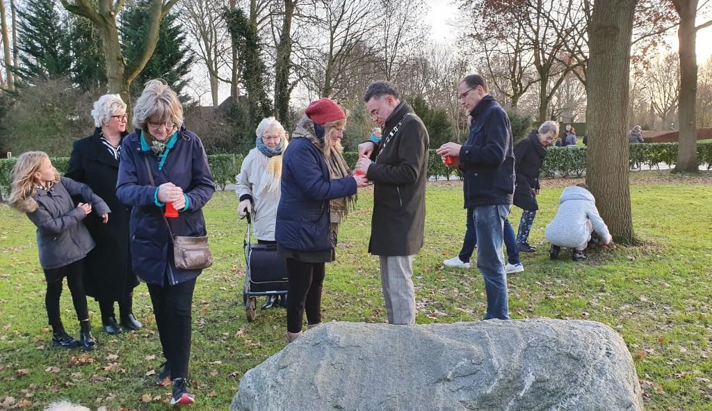 Op het strooiveld konden aanwezigen hun overleden dierbaren gedenken Irene van Valen © BDU media