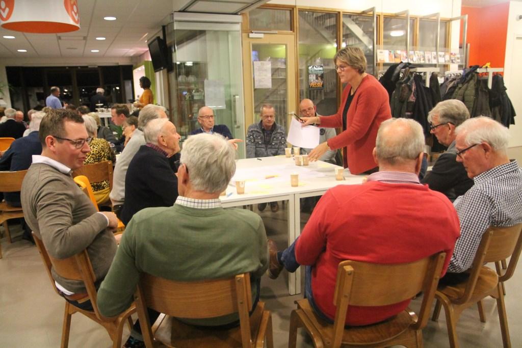 Burgemeester Cnossen als gespreksleider aan een tafel Hannie van de Veen © BDU media